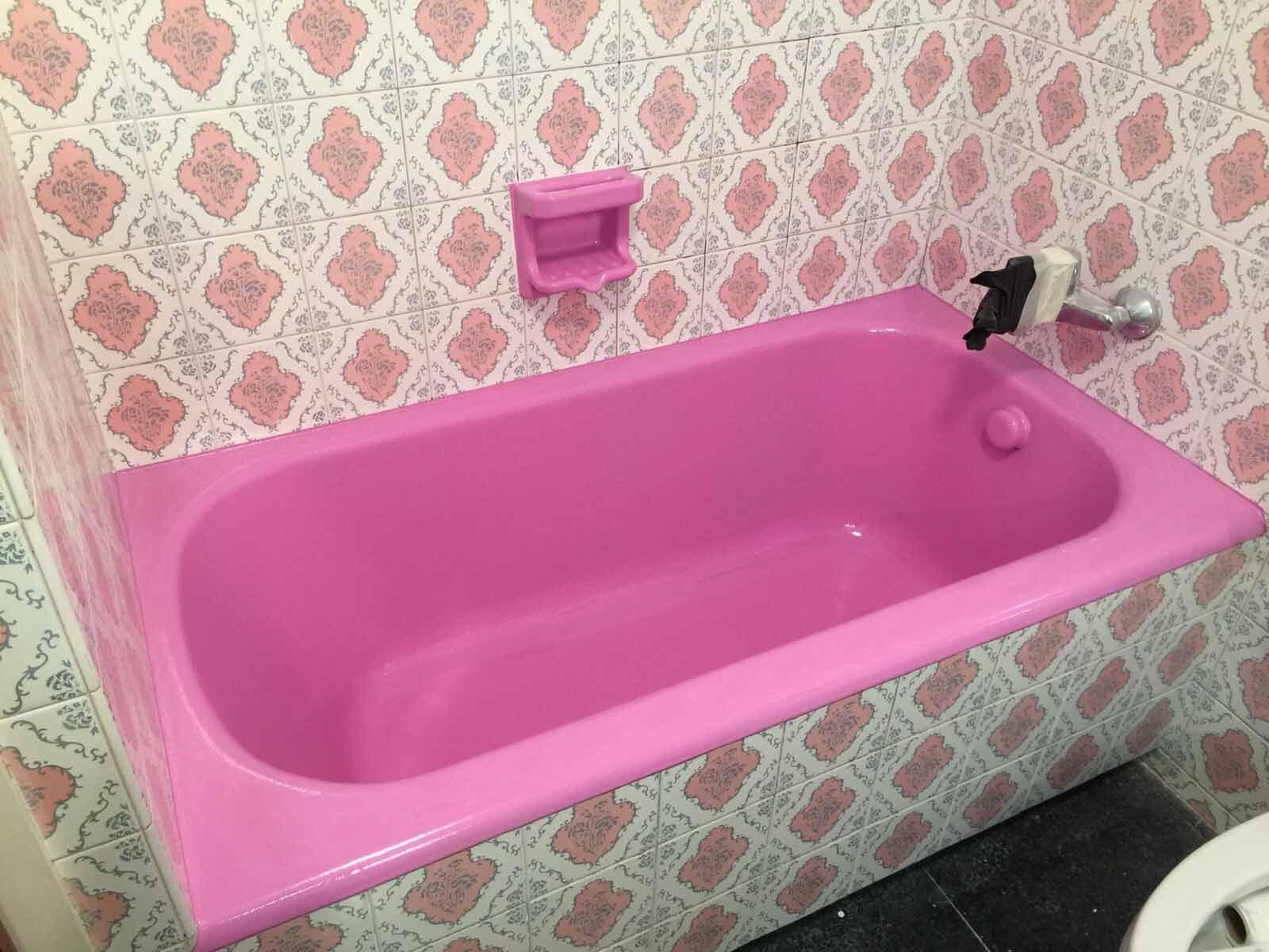 Un simple cambio de color en el esmaltado de bañera puede renovar completamente el baño